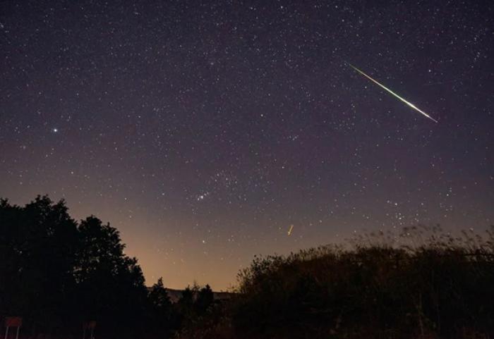 Estrella fugaz cerca de la constelación de Orión.