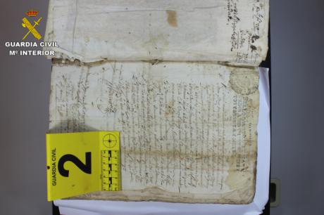 La Guardia Civil recupera dos libros del siglo XVI pertenecientes al archivo municipal de Huete