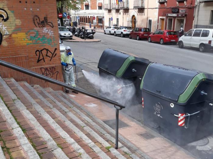 Se incrementan las tareas de limpieza desinfectando calles y superficies en la capital