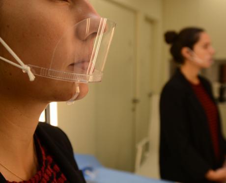 Advierten que las mascarillas transparentes de PVC no protegen frente al coronavirus