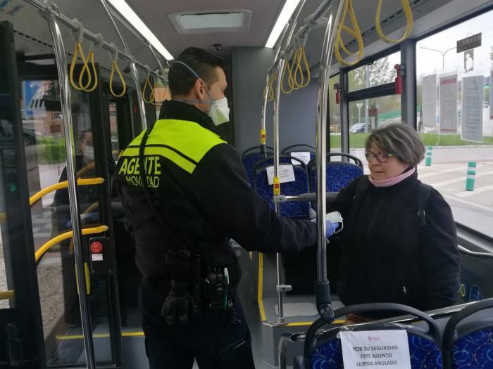 Reparto de mascarillas en el servicio de trasporte urbano