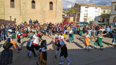 El presidente de CEDER Alcarria Conquense, Vicente Caballero, apoya la lucha por mantener vivas las tradiciones y conservar el patrimonio cultural del Grupo de Danzas y Paloteos de Moncalvillo de Huete