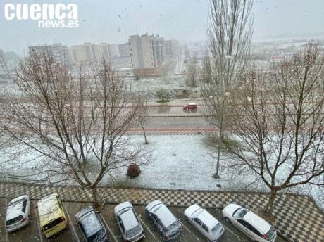La nieve llega a Cuenca por primera vez en primavera y condiciona la circulación