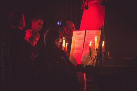 El Coro Alonso Lobo representó entre velas y penumbra su 'Oficio de Tinieblas' en el Monasterio de Uclés