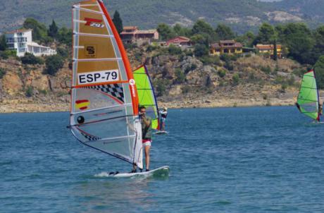 Jóvenes castellanomanchegos finalizan un curso de formación deportiva de vela y windsurf en Entrepeñas