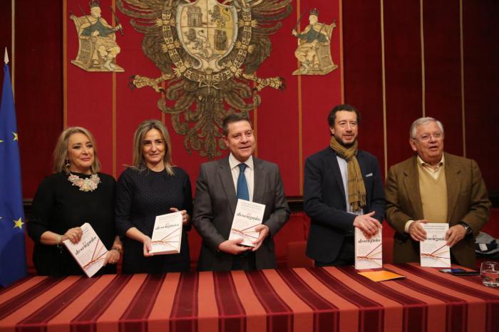 """García-Page reconoce en el libro 'El Desengaño', de Jáuregui y Quevedo, un """"mensaje de optimismo que remueve la conciencia del país"""""""