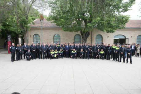 El Gobierno regional ha reconocido a 98 policías locales por los méritos en el cumplimiento de sus funciones o por la permanencia en el servicio