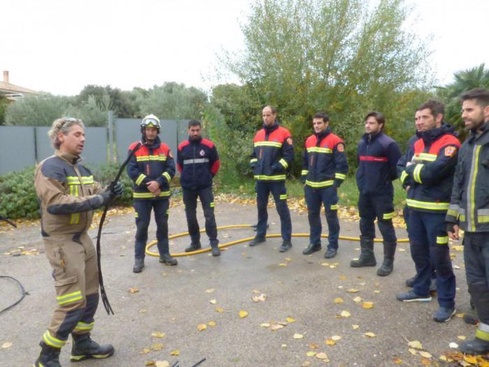 La Escuela de Protección Ciudadana forma a una veintena de bomberos en intervenciones que impliquen riesgo eléctrico
