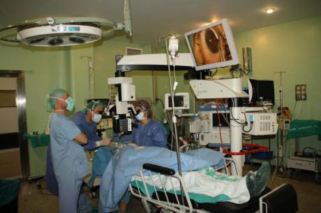 El Virgen de la Luz comienza a realizar implantes microscópicos para la cirugía de glaucoma