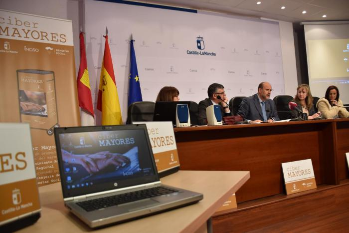 El Gobierno de Castilla-La Mancha dota de aula de informática a todos los centros de mayores de la red pública regional