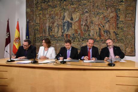 García-Page y los agentes económicos y sociales firman un pacto que pretende convertir a Castilla-La Mancha en la primera comunidad en paz social
