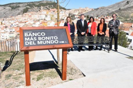 El Museo de Paleontología de Castilla-La Mancha instala el 'segundo banco más bonito del mundo'