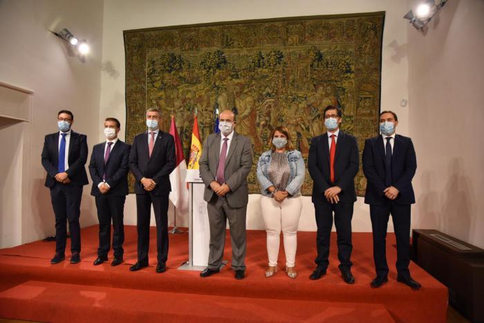 La Junta y las Diputaciones invertirán 10 millones de euros para reforzar la limpieza en los centros educativos