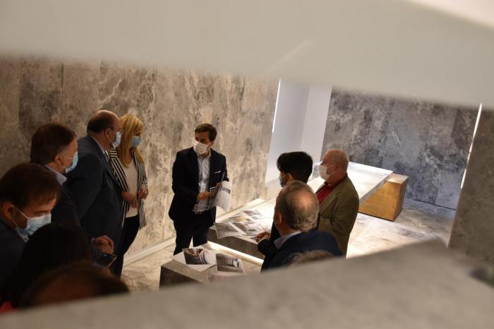 Martínez Guijarro destaca que la rehabilitación de las Casas Colgadas potenciará el atractivo turístico de la región