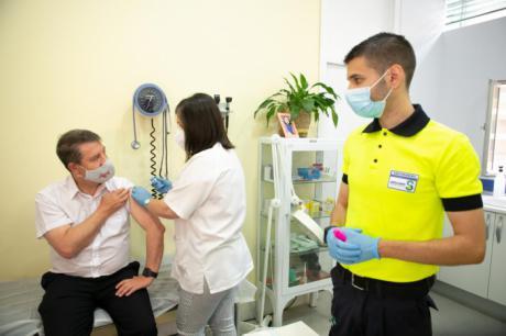 García-Page anuncia que la vacunación para las personas con edades entre los 40 y 49 años se adelanta a mañana