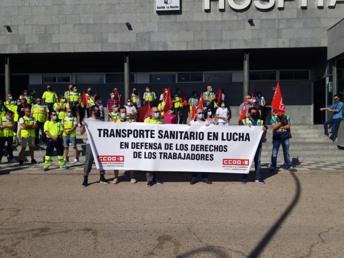 Concentración a las puertas del Virgen de la Luz en la tercera semana de huelga en ambulancias