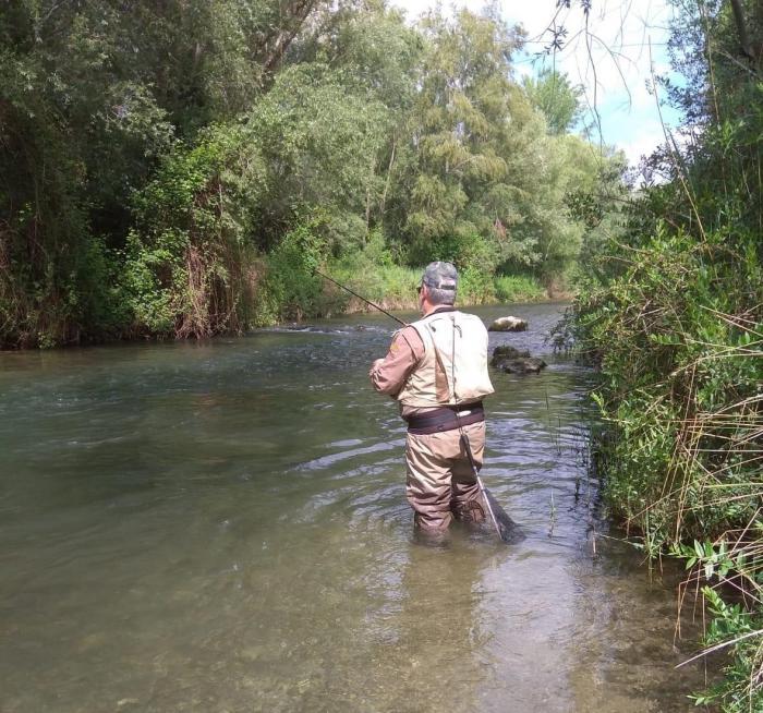 Pescador en un río |  Imagen de archivo