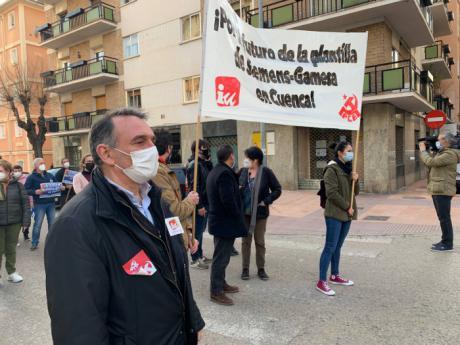 Enrique Santiago traslada en Cuenca a la representación de la plantilla de Siemens Gamesa una invitación para que detalle en el Congreso su rechazo al cierre de la planta