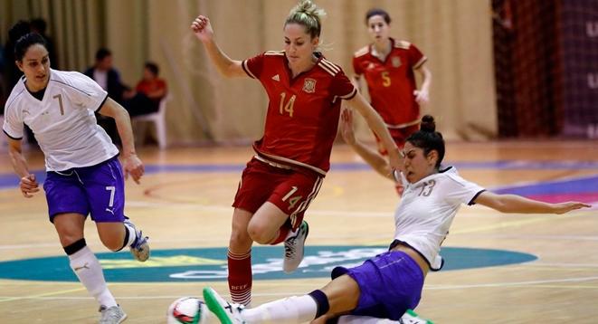 Anita Luján, jugadora de la Selección española conduce el balón ante dos rivales