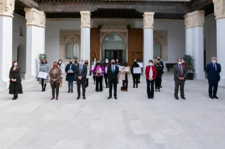 Reconocimiento de la presidenta de la FEMPCLM a los galardonados en los IX Premios Excelencia y Calidad de los Servicios Públicos de la JCCM