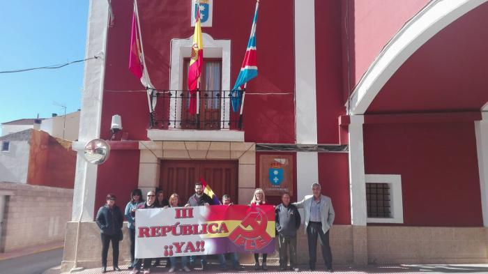 IU Motilla se concentra a las puertas del Consistorio para solicitar la Tercera República