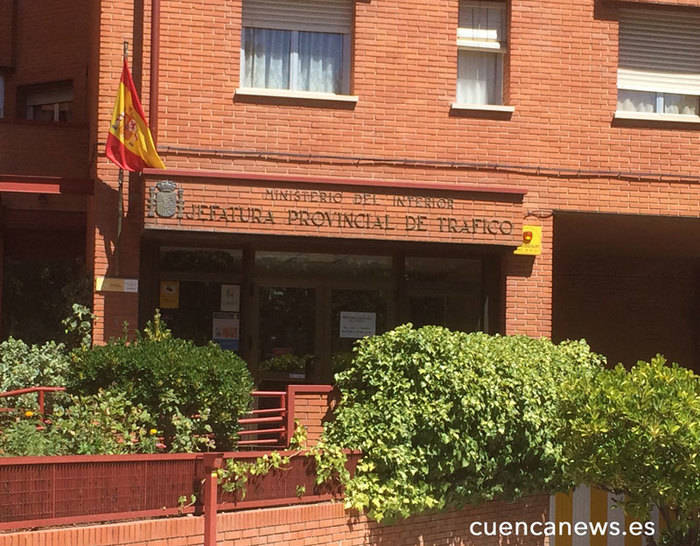 Medio centenar examinadores de la región exigen en Cuenca a Tráfico que atienda sus demandas
