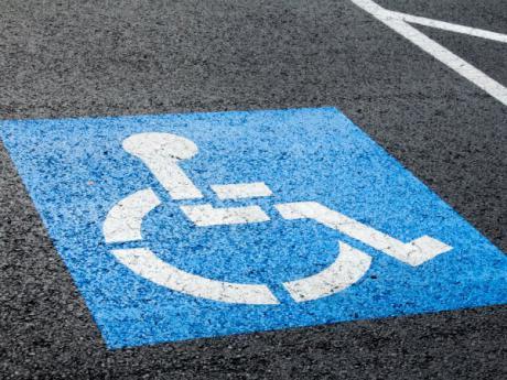 El PSOE denuncia que la alcaldesa de Priego no ubica una plaza para personas con discapacidad en la principal zona comercial