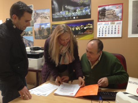 Ciudadanos registra las más de mil firmas recogidas para reclamar a Fomento un aparcamiento gratuito junto a la estación del AVE