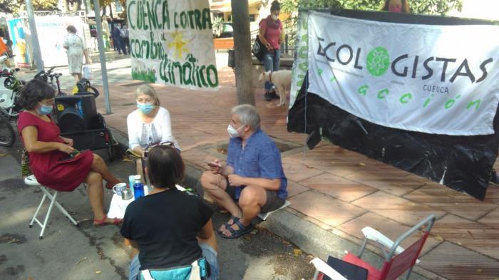 Foto de la Acción pacífica realizada por Ecologistas y Cuenca en Transición el martes 15 de septiembre
