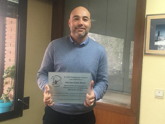 El Club Piragüismo Cuenca con Carácter entrega una placa a Luis Garijo, de la Confederación Hidrográfica del Júcar.