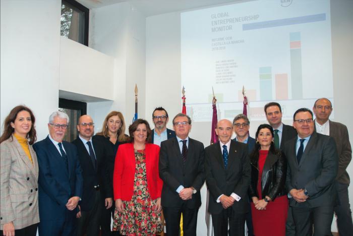 En la foto de mesa, de izquierda a derecha, Jiménez, Franco, Collado, Torres y Sáez. Se adjunta también foto de familia.