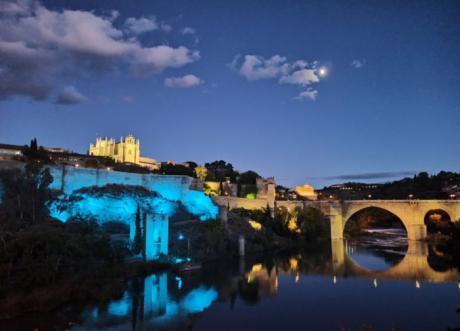 Toledo ilumina de azul claro la puerta de Alcántara y el torreón de la Cava con motivo del Día Mundial de la Neumonía